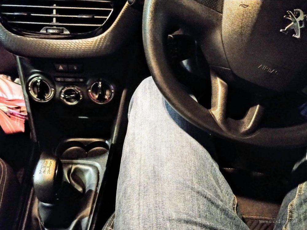 Механическая коробка передач в машине с правым рулем