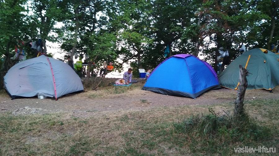 Туристы с палатками