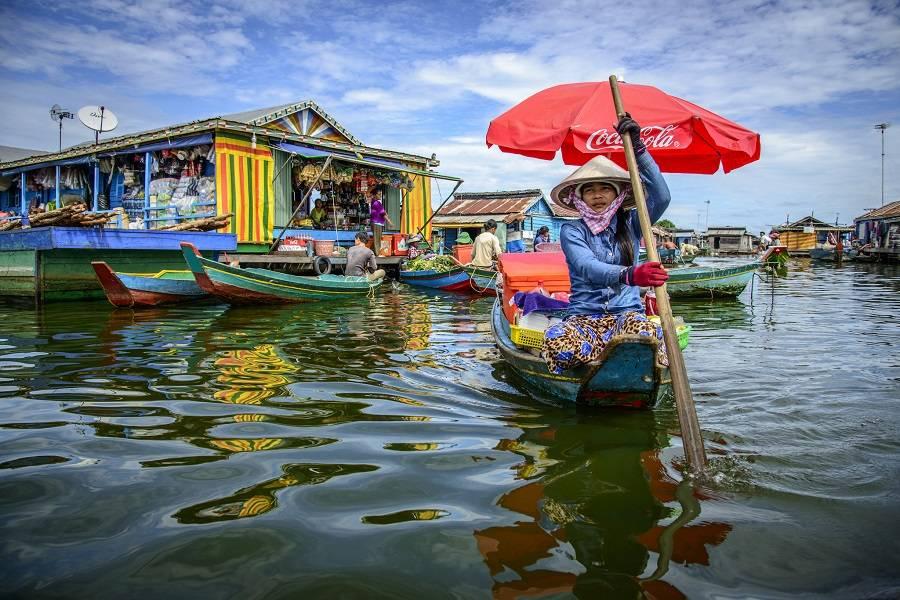 Лодка, продающая товары в плавучей деревне Кампонг-Луонг, Камбоджа.