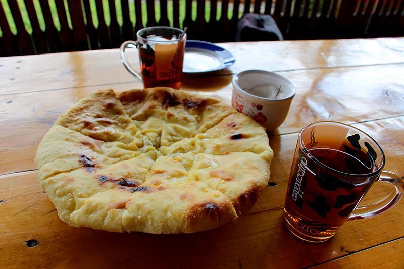 Два чая и хачапур – 400 руб., дороговато для Абхазии