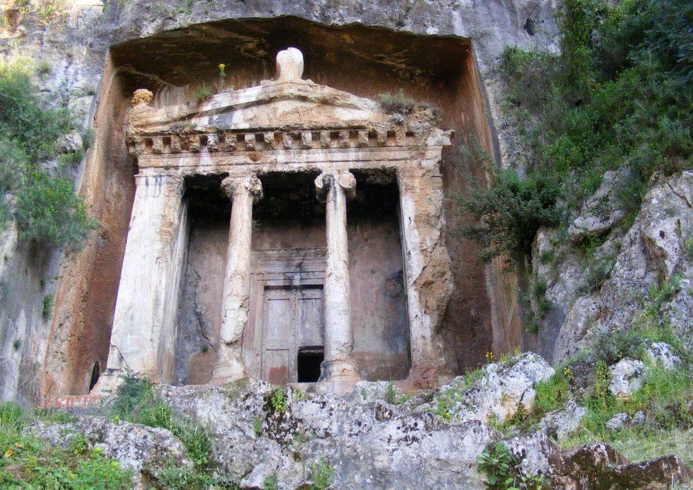 Гробница в скале