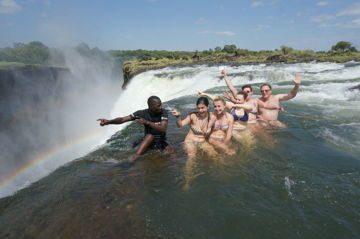 Купание в Дьявольском бассейне у 111-метрового обрыва. Замбия. Южная Африка