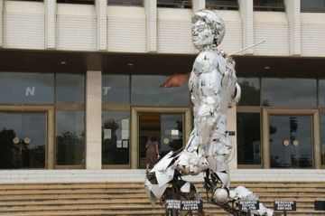 Скульптура у входа в Национальный музей Замбии. Город Лусака. Путешествие по Южной Африке