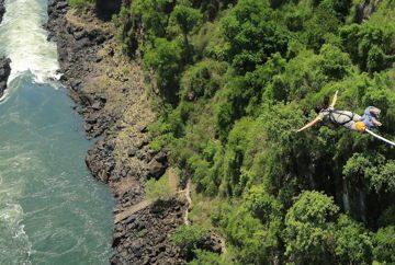 Прыжок в ущелье с высоты 111 метров у водопада Виктория. На границе Замбии и Зимбабве. Южная Африка