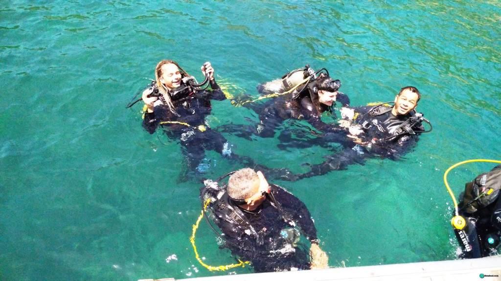 Дайверы в бирюзовой океанической воде в Нячанге