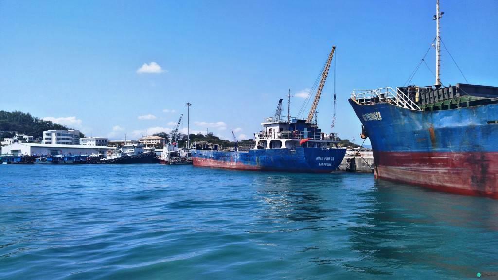 Корабли и краны возле Нячанга