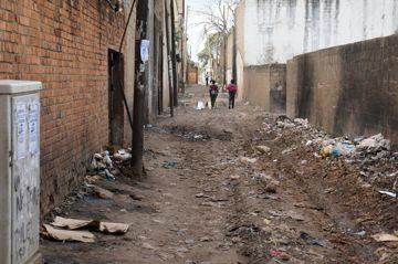 Переулок в центре Лусаки. Невероятная грязь. Замбия. Южная Африка